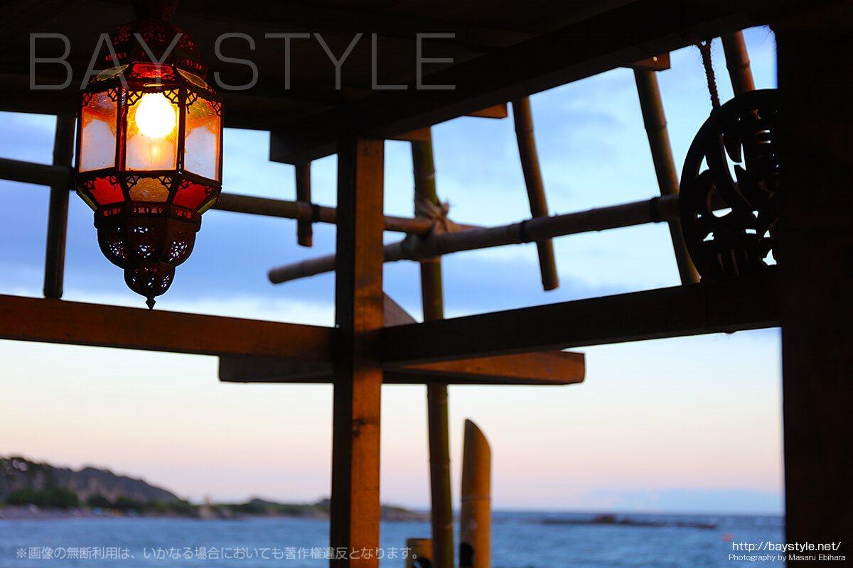 葉山一色海岸の海の家「Blue Moon」店内