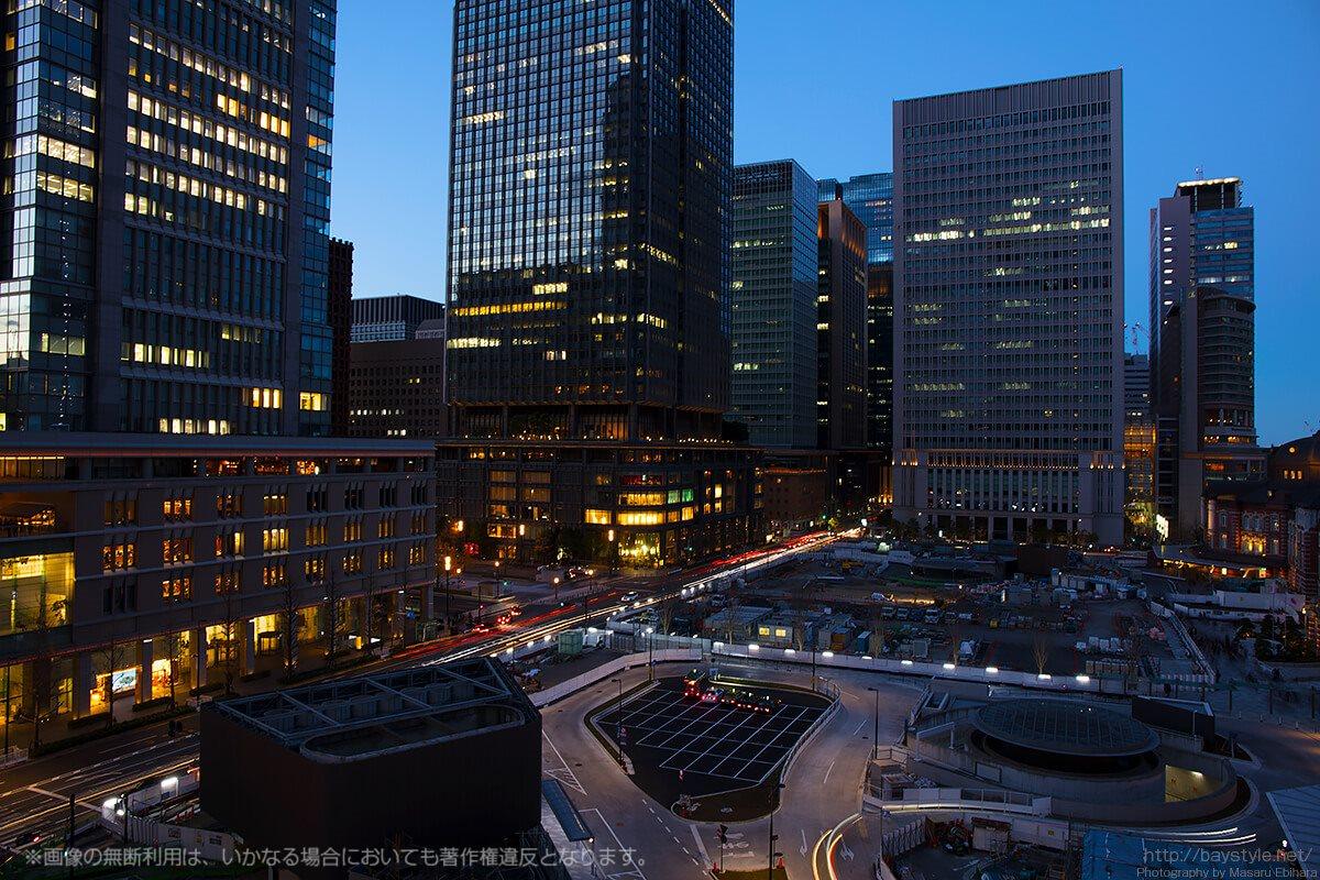 青い空に街の明かり、車のテールランプが輝きだす時