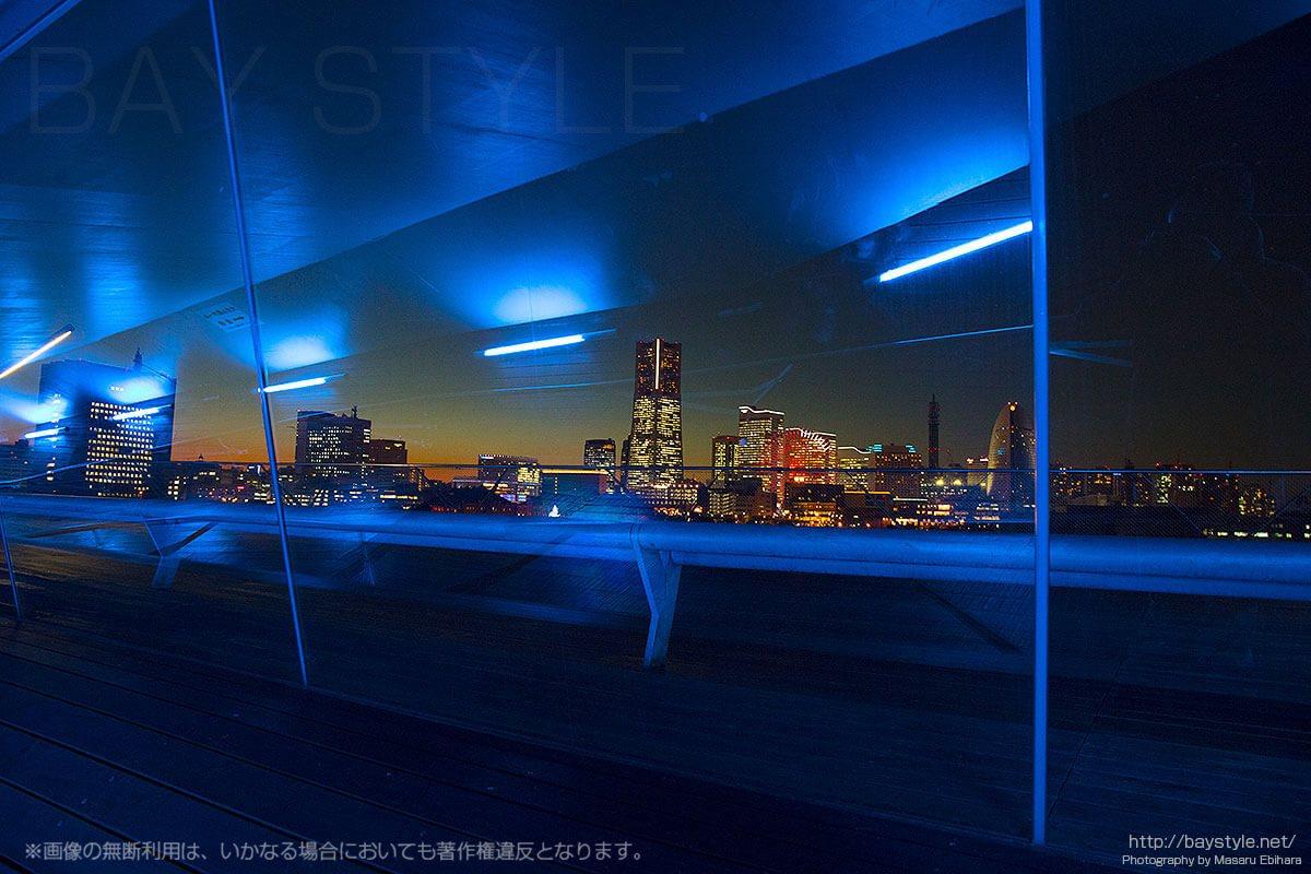 寒い日は「くじらのせなか」のスロープで風をしのぎながら横浜の夜景を楽しめます