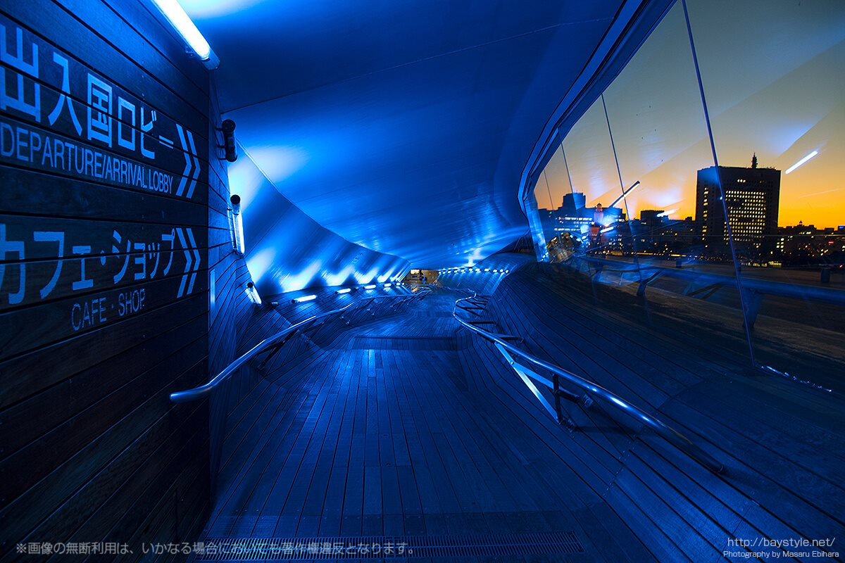 横浜大さん橋の屋上「くじらのせなか」から、2階出国ロビーへと向かうバリアフリーのスロープ