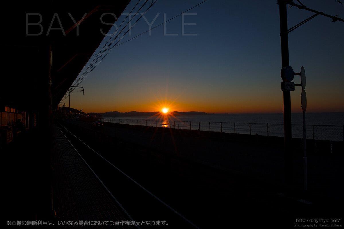 江ノ電鎌倉高校前駅からの日の出がとても美しい