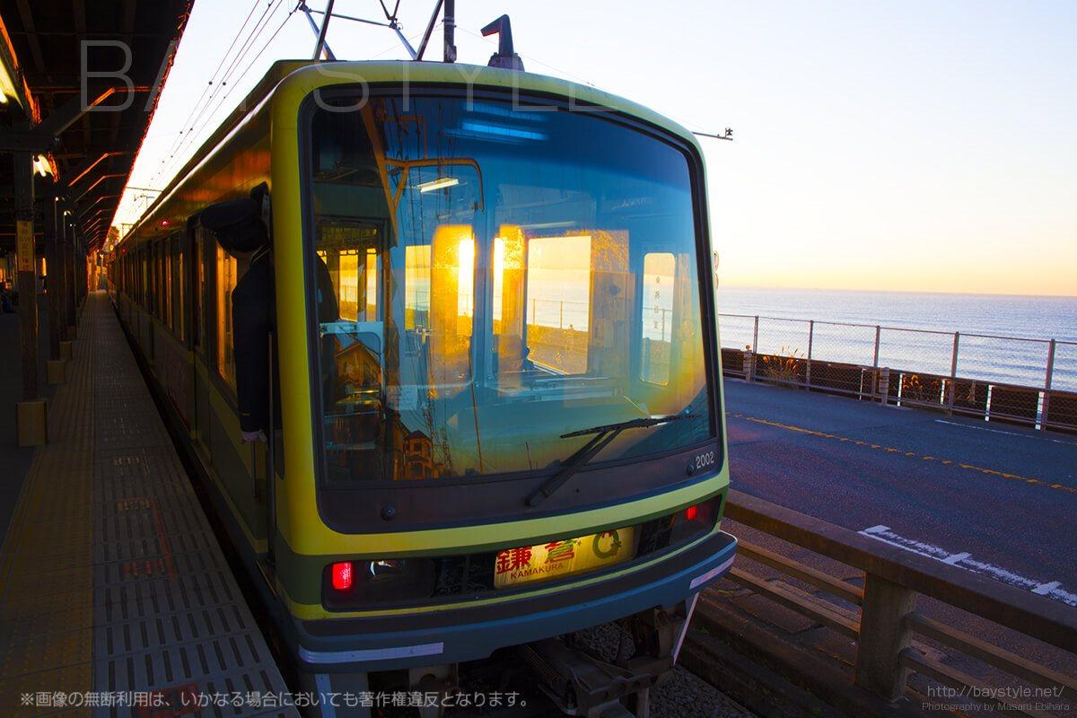 鎌倉高校前で望む日の出と江ノ電