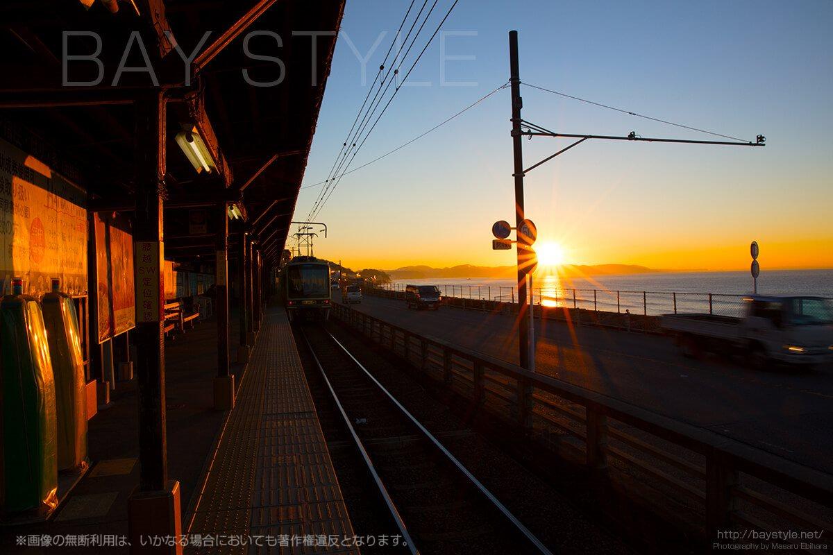 感動!朝日と共に映る鎌倉高校前の江ノ電