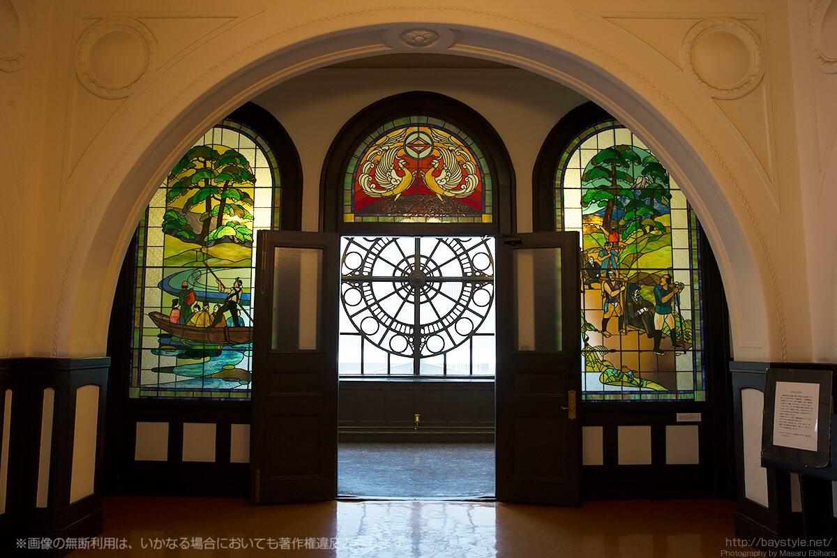 横浜市開港記念会館2階広間のステンドグラス(呉越同舟/鳳凰/箱根越え)