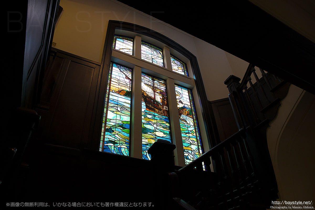 宇野澤組ステンドグラス製作所による横浜開港当時を描いたステンドグラス