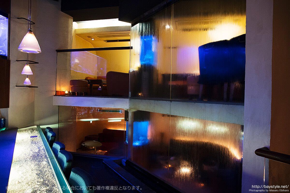 Deep Blue Yokohama(ディープブルー横浜)バーカウンター背面の流れるカーテン