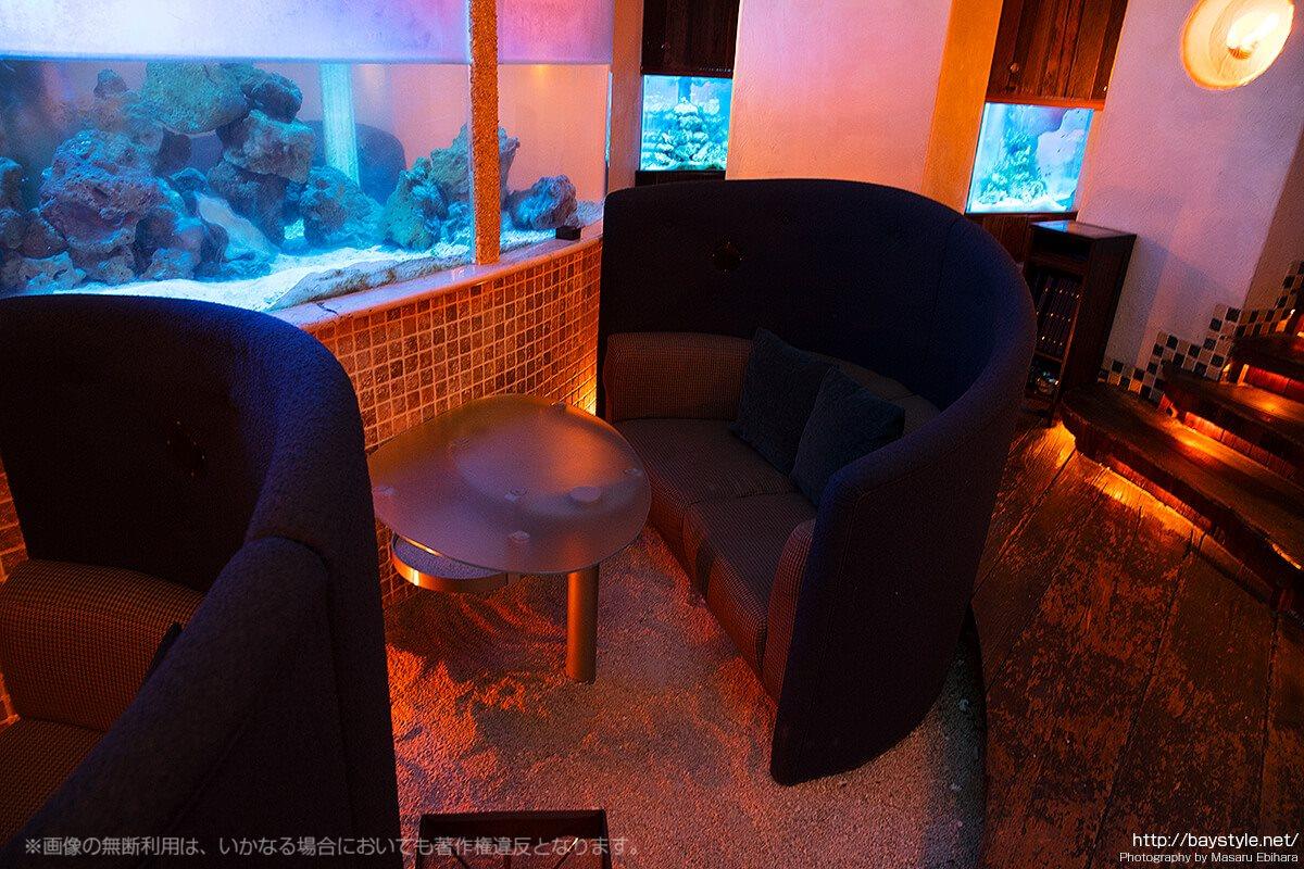 Deep Blue Yokohama(ディープブルー横浜)ラブソファーと水槽