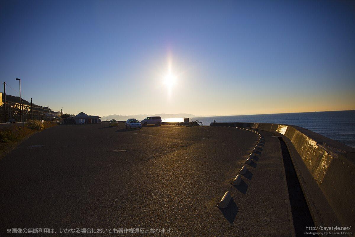 冬場の日の出から約1時間が経過した七里ヶ浜海岸駐車場