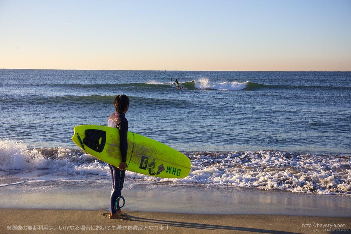 七里ヶ浜で楽しむ早朝のサーフィン