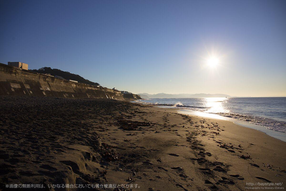 七里ヶ浜東側、三浦半島から昇り輝く朝日