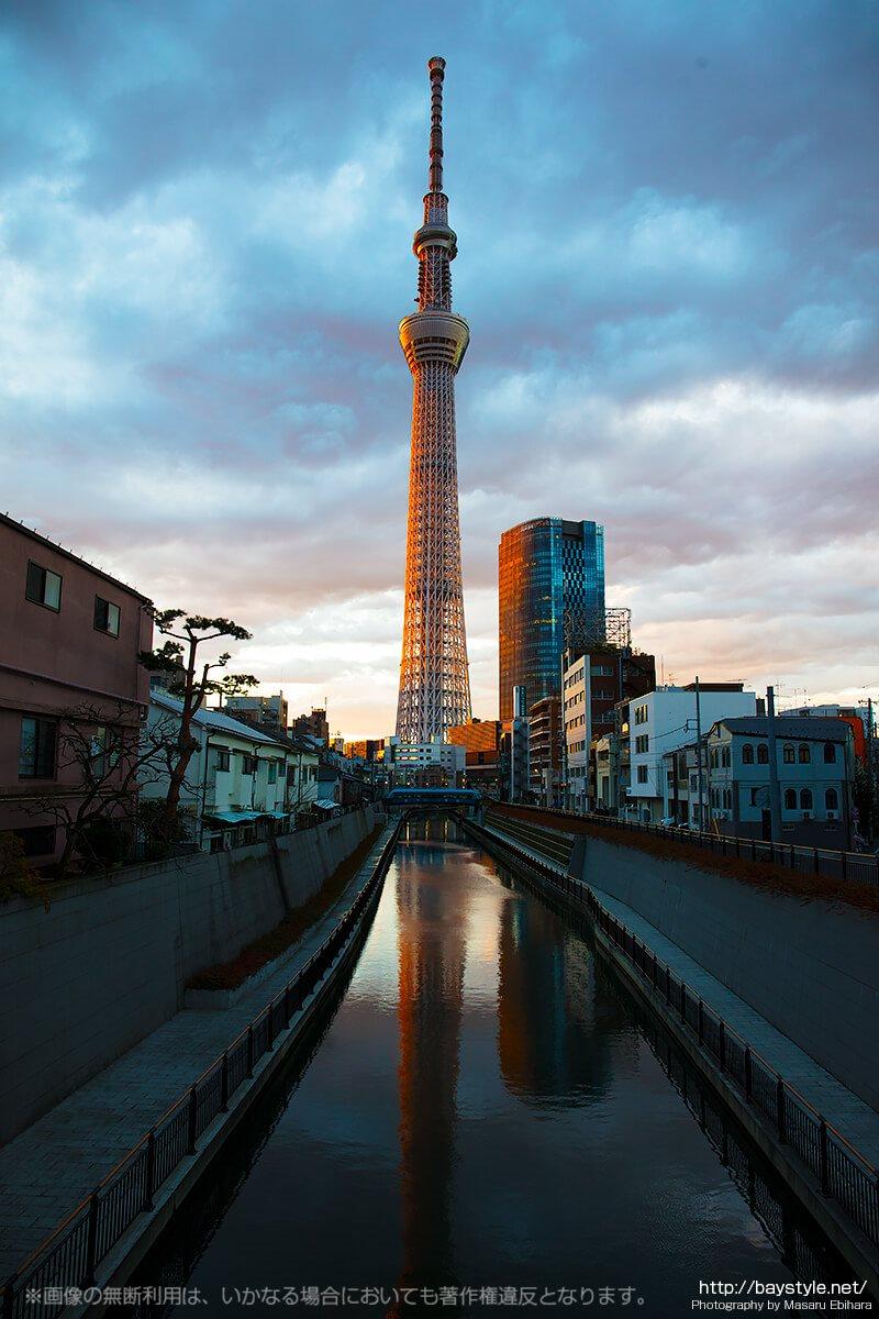 十間橋から撮影した夕日に照らされる東京スカイツリー