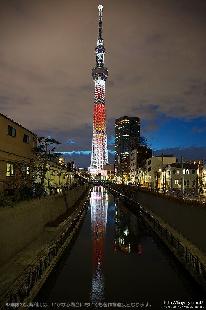 マジックアワーに突入し、ライトアップも始まった東京スカイツリー