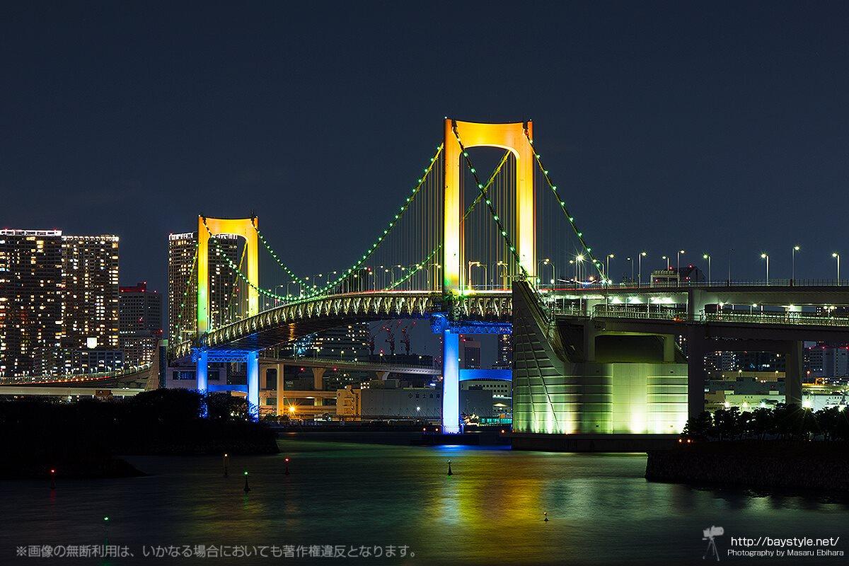 デックス東京ビーチのデッキから眺めるレインボーブリッジ