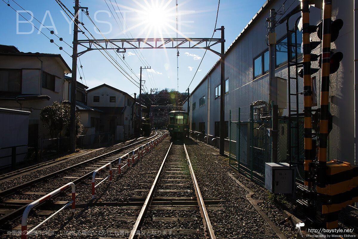 極楽寺駅車庫工場に停車中の江ノ電