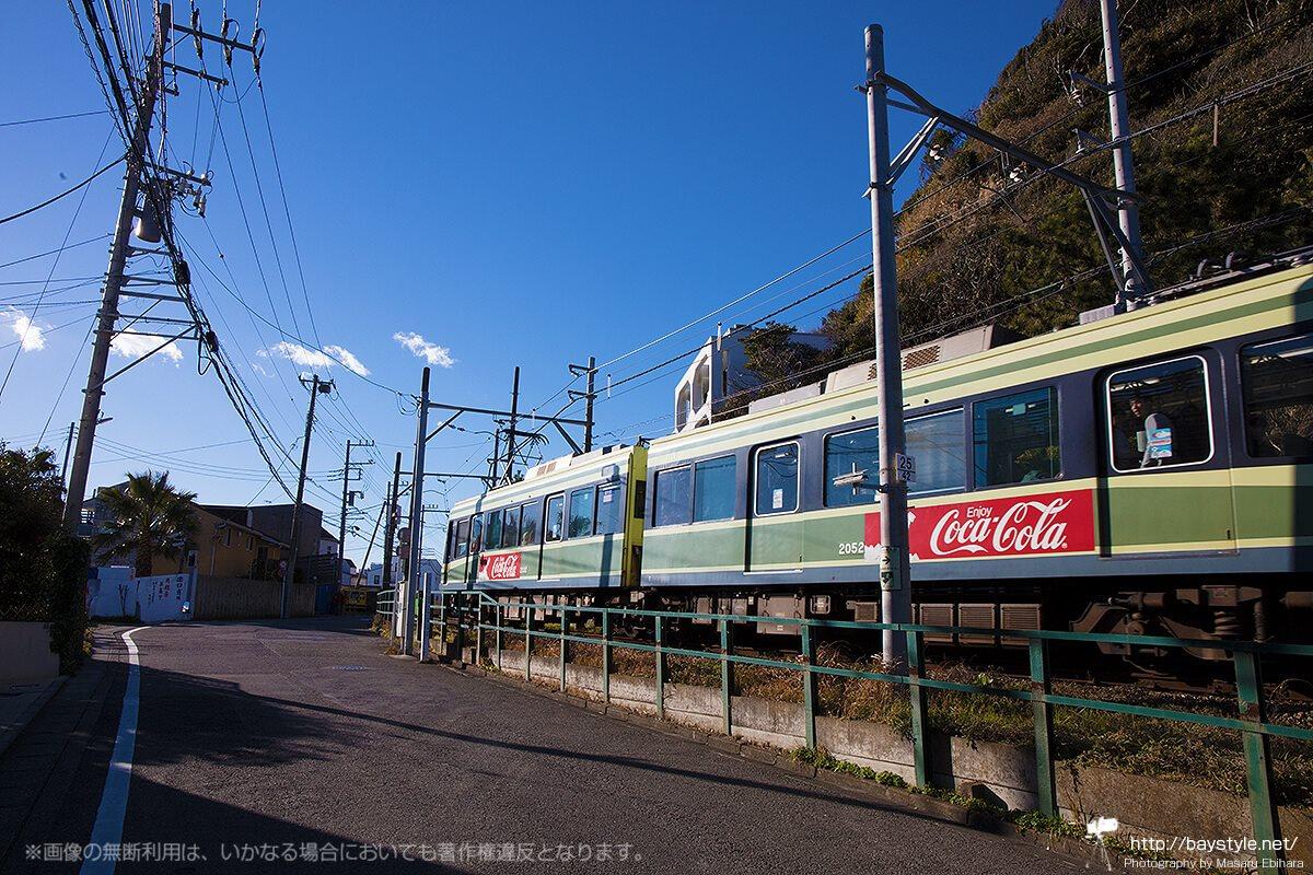 稲村ケ崎駅付近を通過する江ノ電