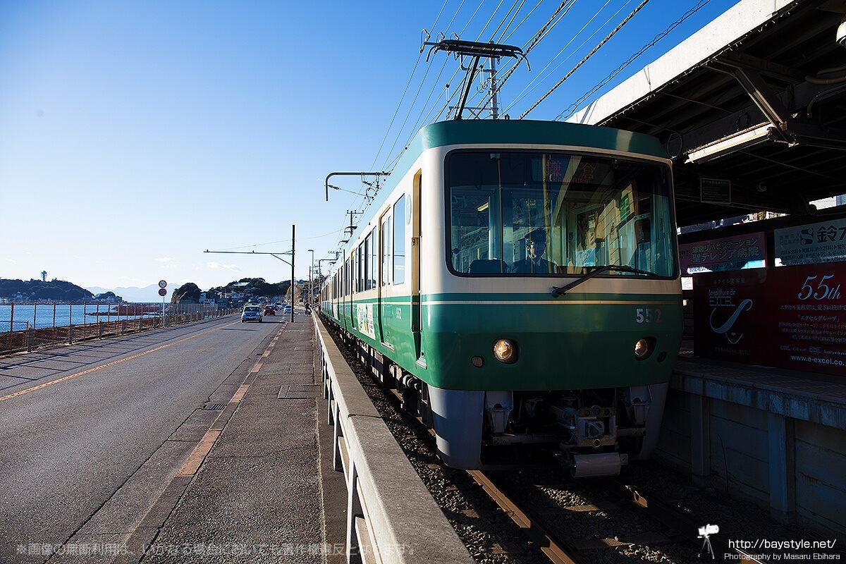 鎌倉高校前駅に停車する江ノ電