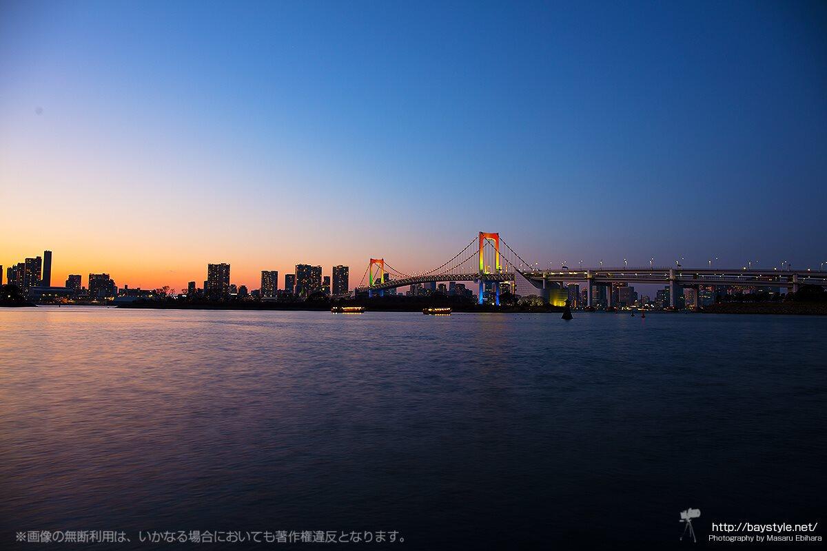 マジックアワーのデックス東京ビーチ前のお台場海浜公園