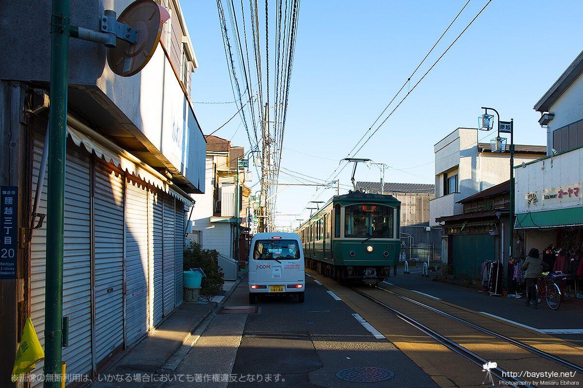 乗用車とすれ違う江ノ電