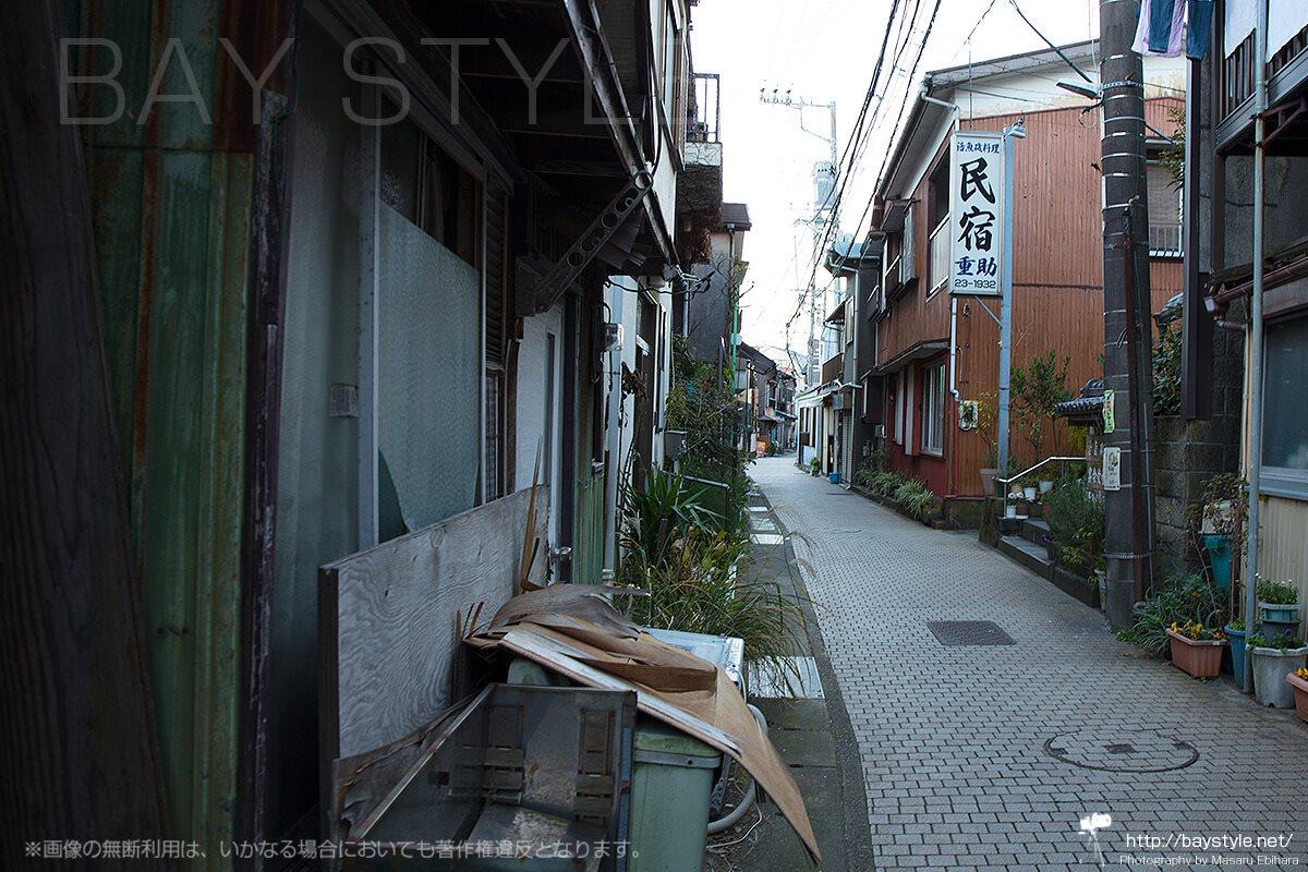 民宿が立ち並ぶ江ノ島の裏通り