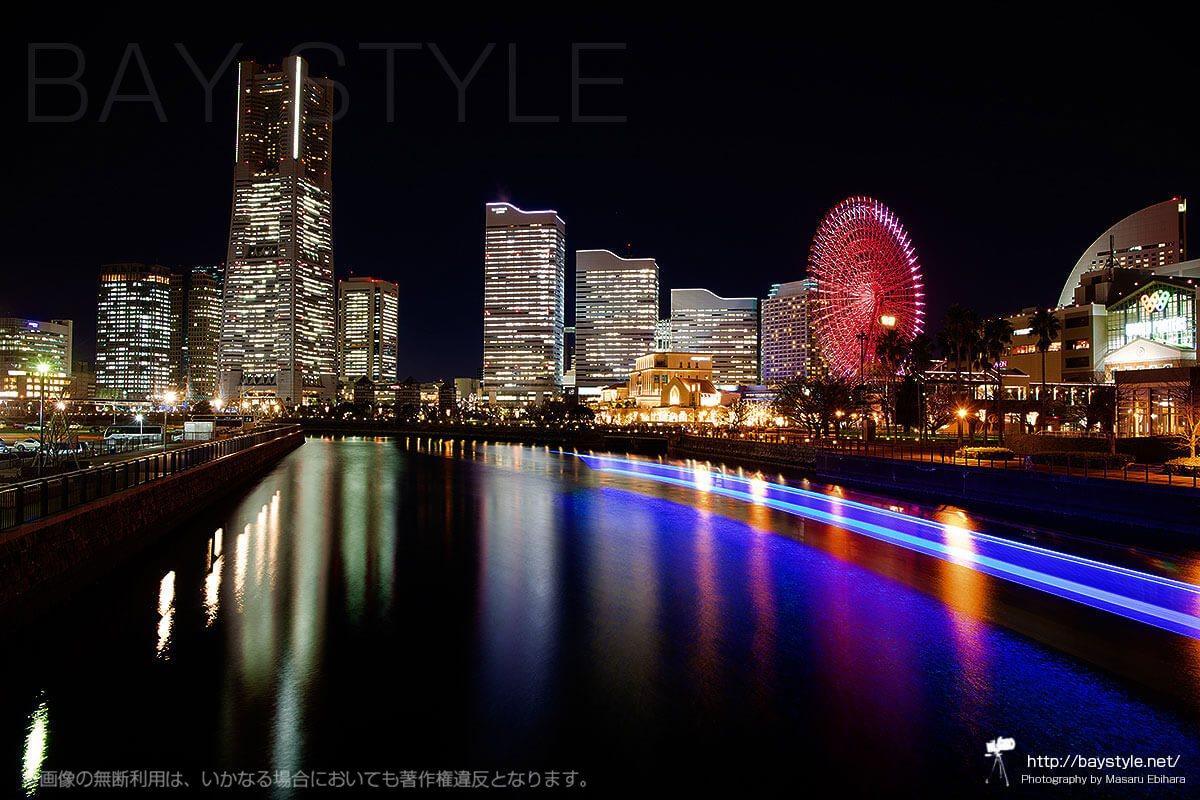 普通の夜景では物足りないのでリフレクション(水面反射)とレーザー(光跡)を含めて万国橋から撮影