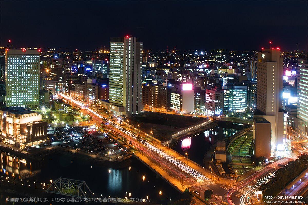 横浜ランドマークタワーオフィスフロアから見た国道133号線の夜景