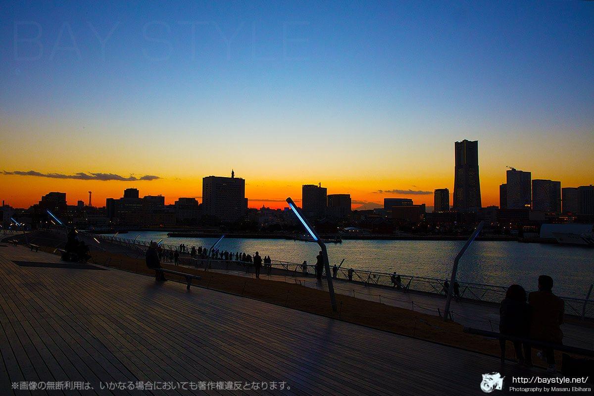 大さん橋から見た夕暮れ時のランドマークタワー