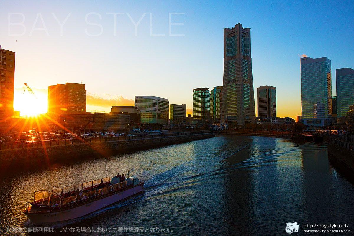 万国橋から反射する夕日を撮影