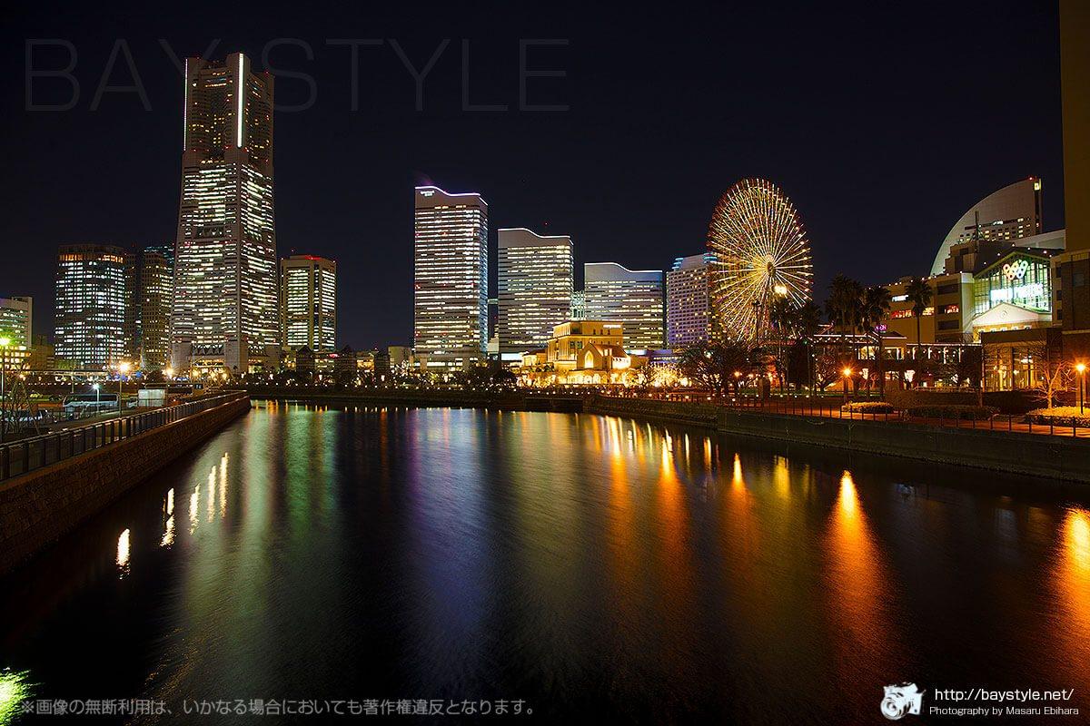 万国橋から撮影した夜景(観覧車の色がイエロー系)