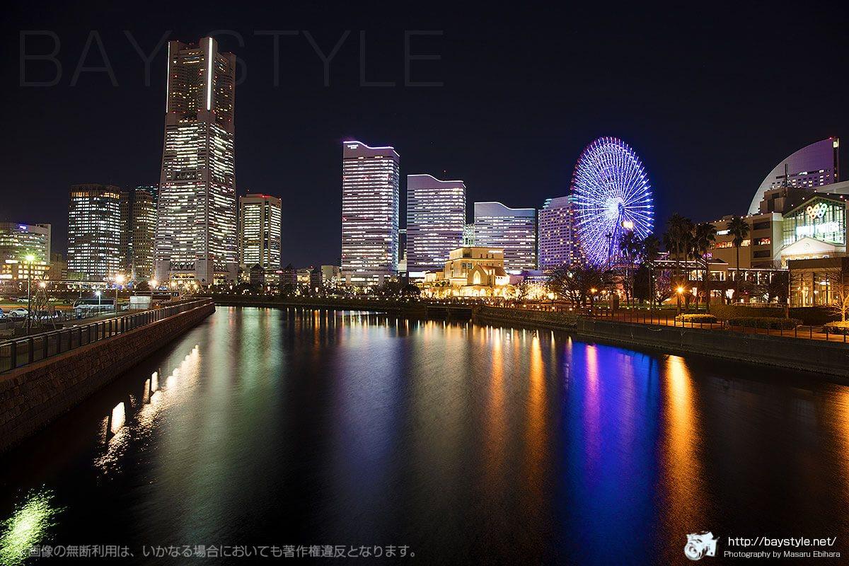 万国橋から撮影した夜景(観覧車の色がブルー系)