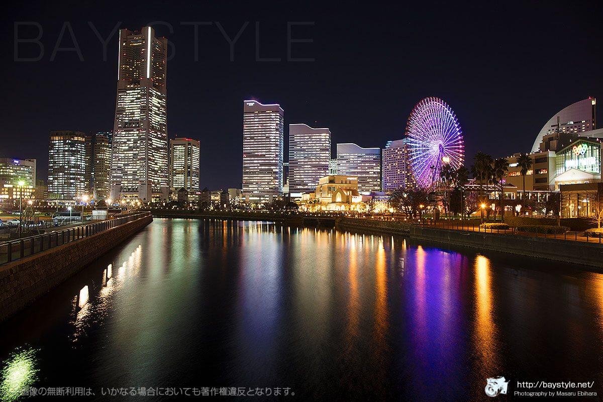 万国橋から撮影した夜景(観覧車の色がパープル系)