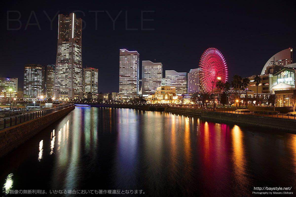 万国橋から撮影した夜景(観覧車の色がレッド系)