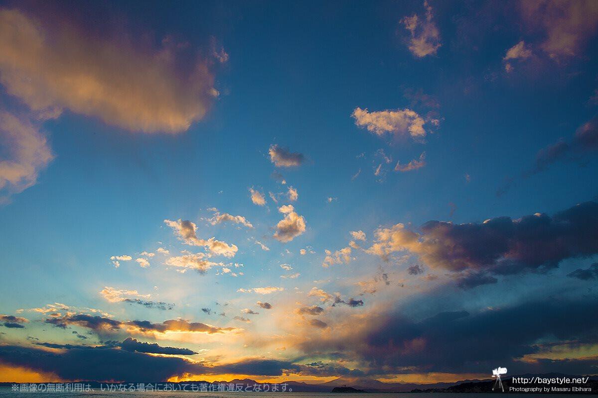 逗子マリーナから夕暮れ時の富士山と江ノ島