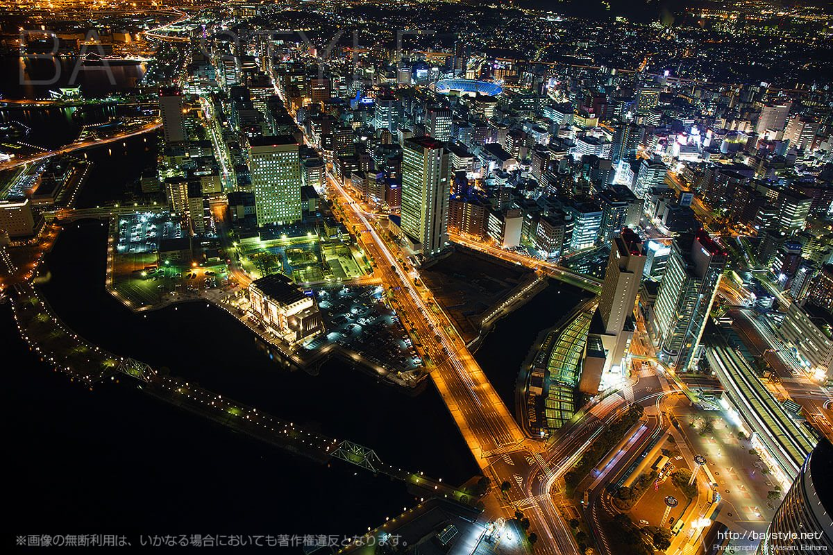 横浜港から桜木町駅まで伸びる国道133号線の景色