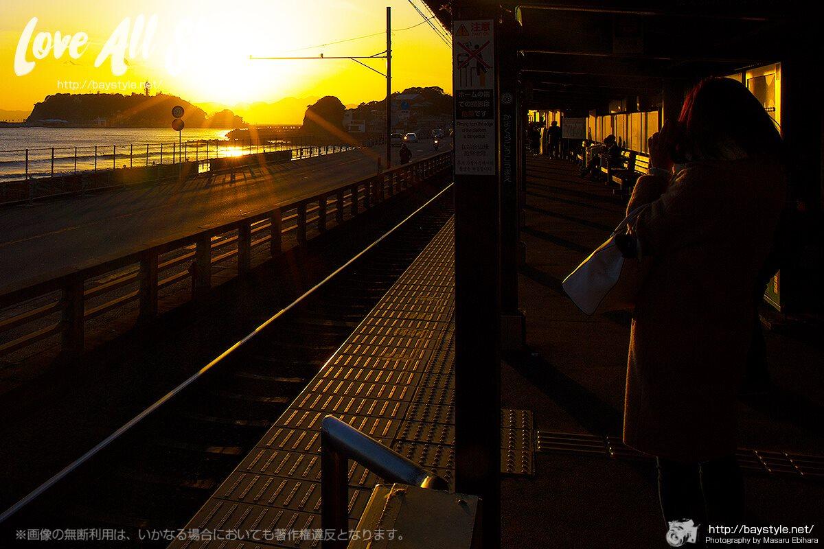 鎌倉高校前駅からの夕日と江ノ島