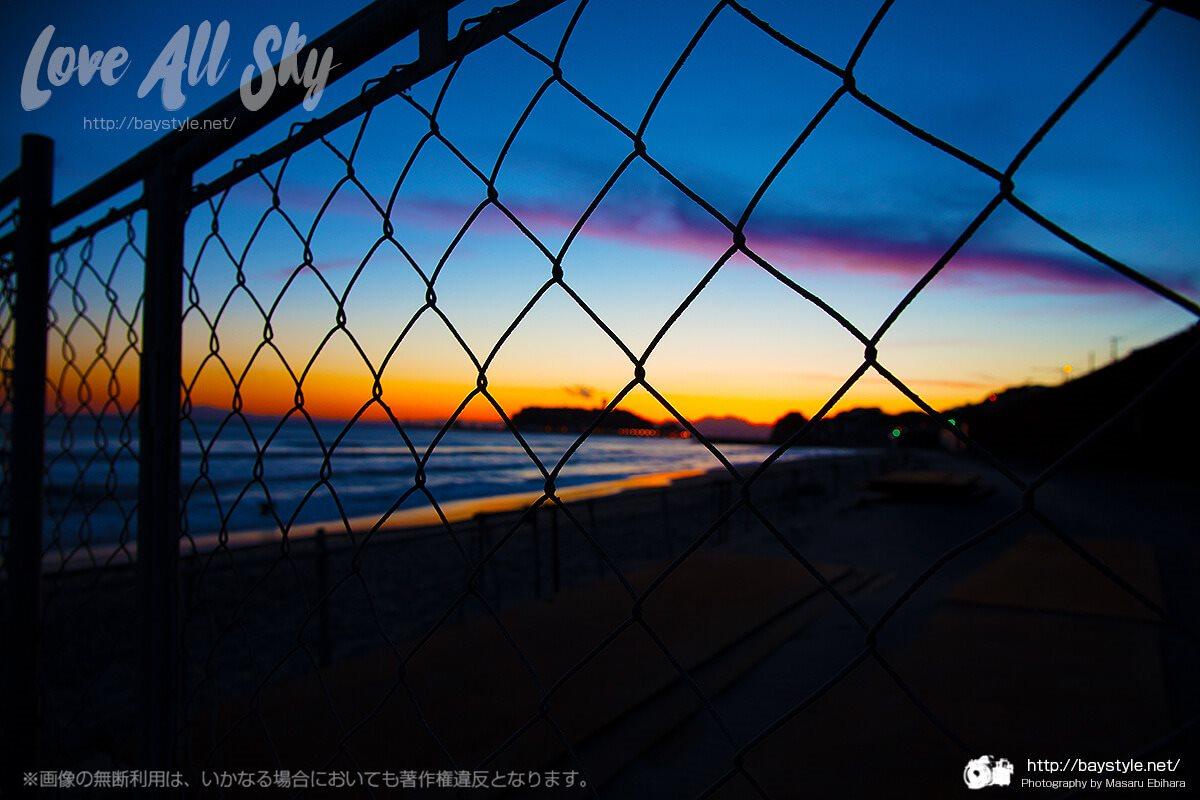 七里ヶ浜からの夕日と江ノ島