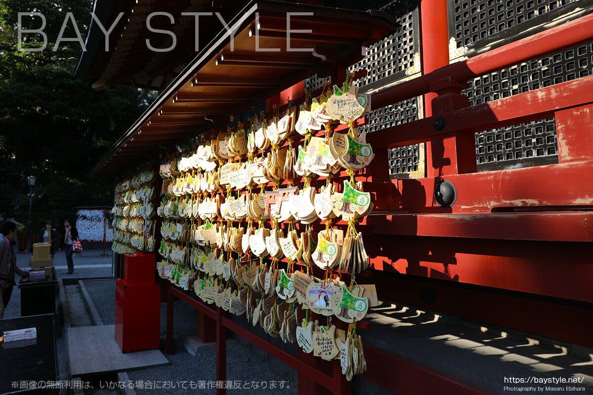 本殿と宝物殿の間に奉納されている数多くの絵馬