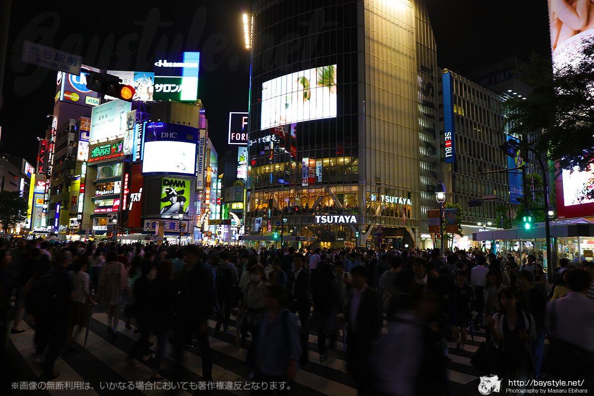 渋谷の夜景撮影スポット、スクランブル交差点は1分いるだけで様々な人間模様