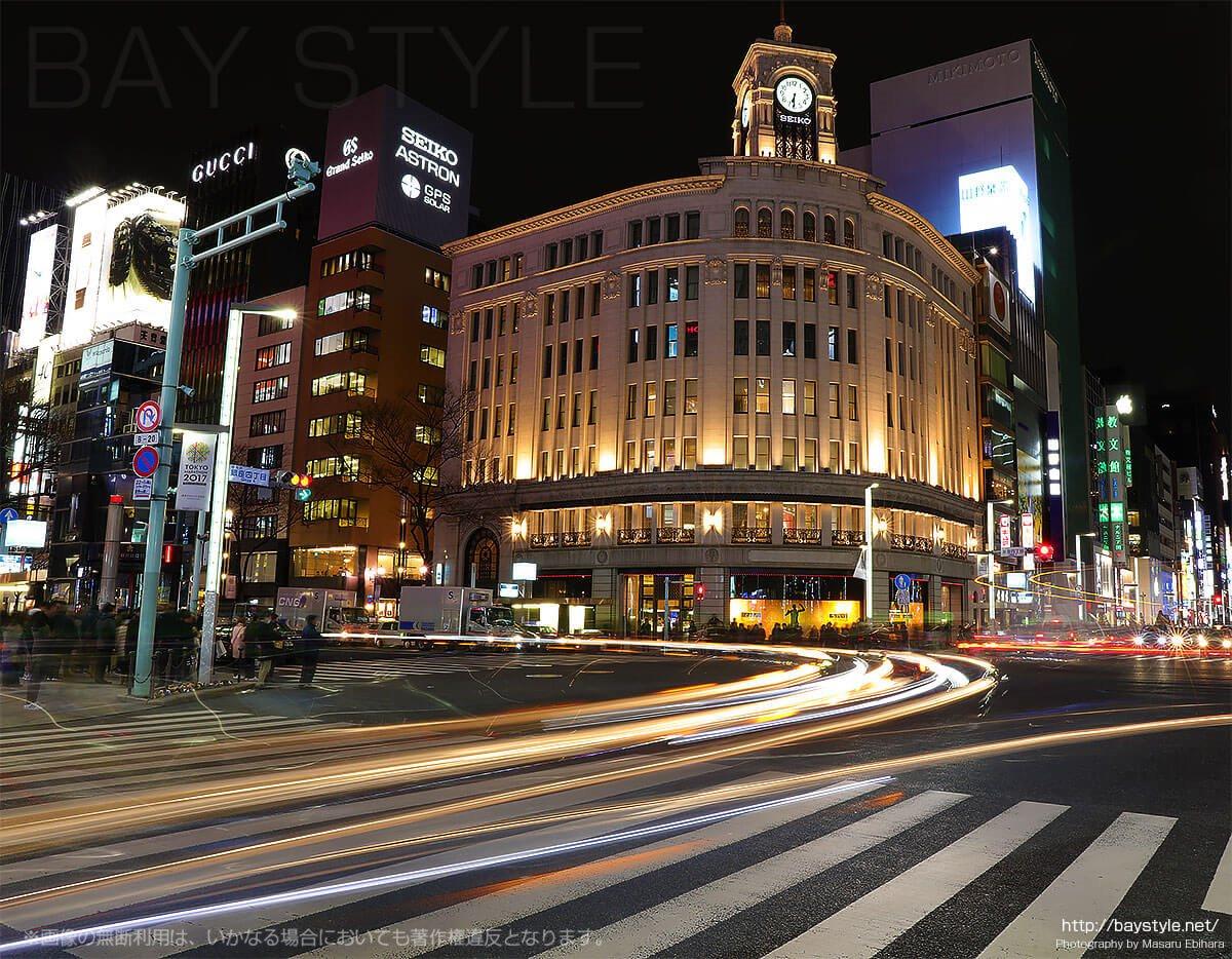 和光の時計台前を右左折する車のヘッドライト