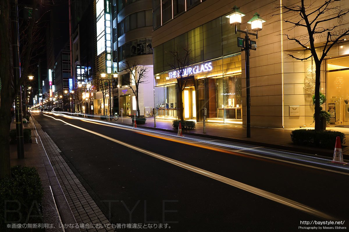 銀座並木通りを通過する車のヘッドライトの軌跡