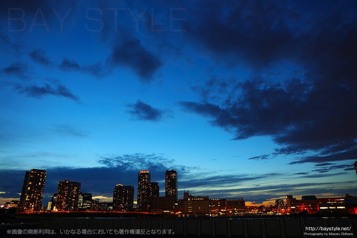 臨港パーク周辺から見た横浜駅東口方面の夕暮れ