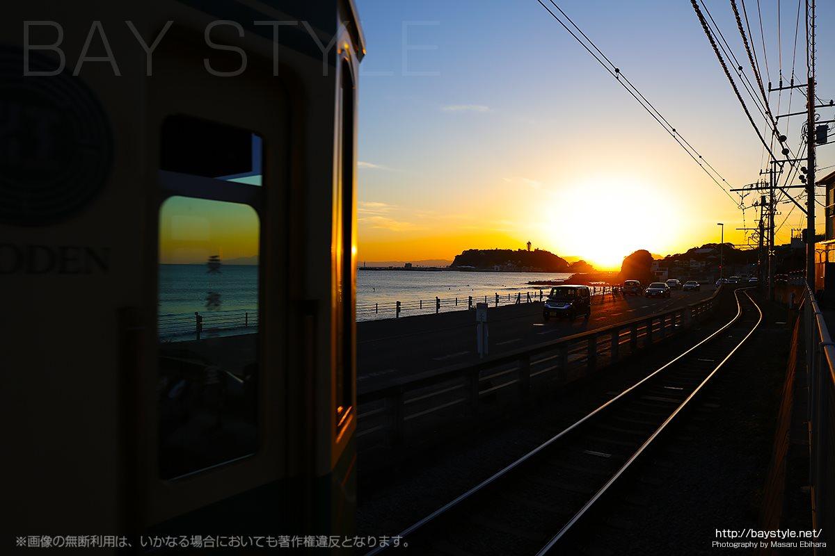 鎌倉高校前駅と踏切付近の夕日と夕焼け空