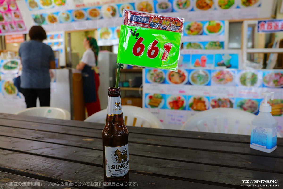 ビンビールに入った料理待ち番号札