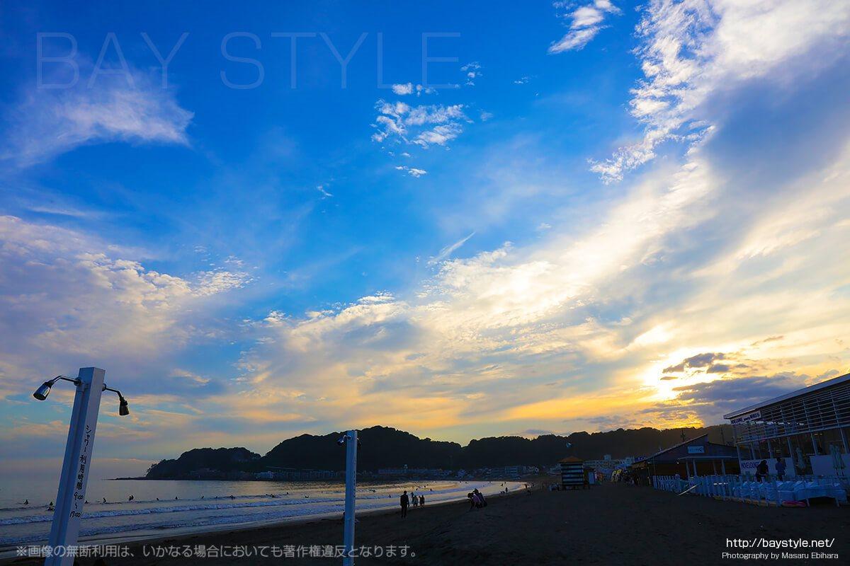 鎌倉由比ヶ浜のビーチにあるシャワーと夕暮れ