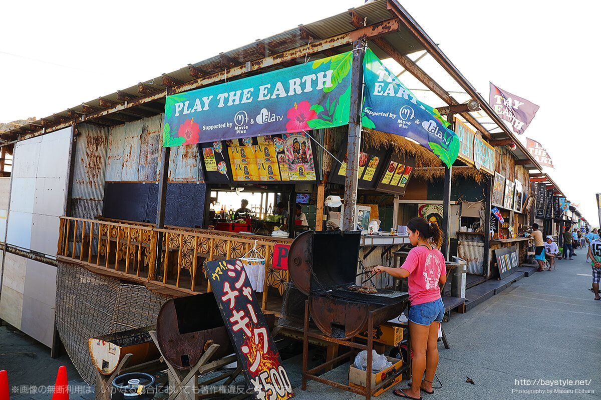 「PLAY THE EARTH」で調理中のジャークチキン