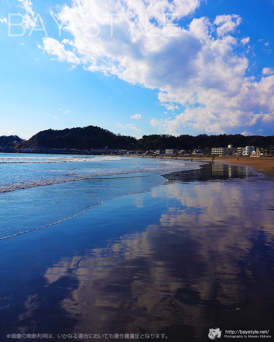 波打ち際で雲が反射する鎌倉由比ヶ浜