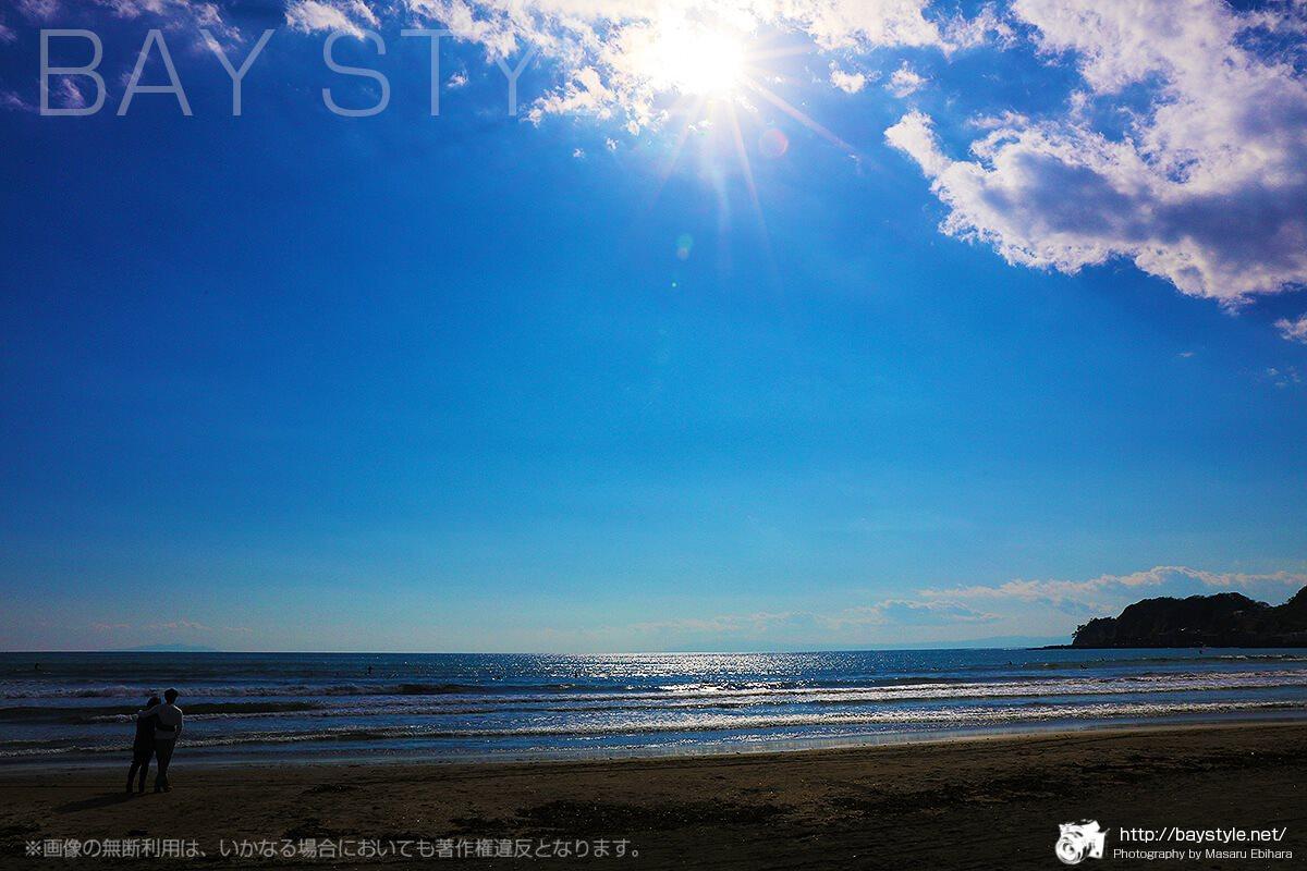日中の鎌倉由比ヶ浜をデートするカップル