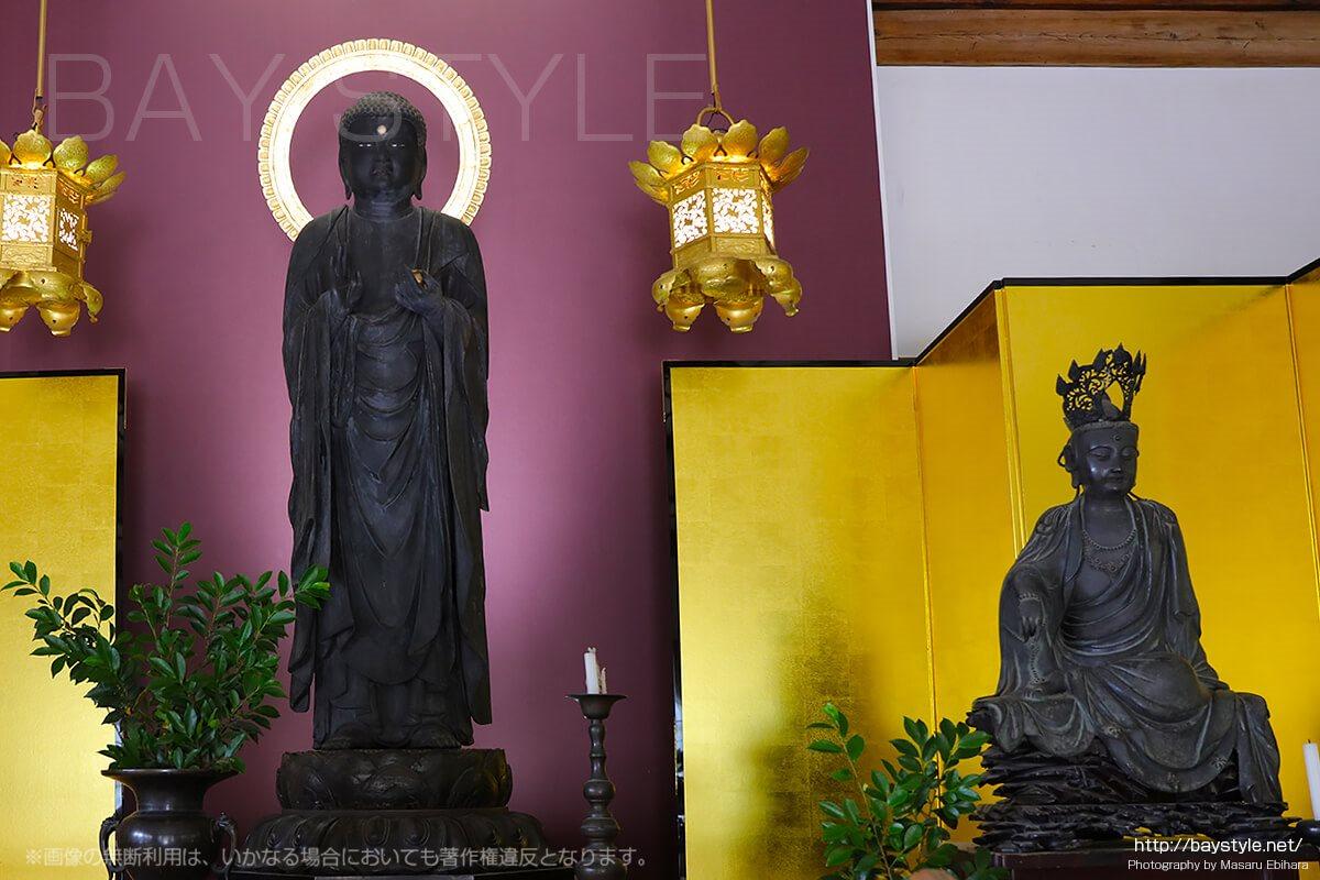 左が薬師如来像。右が大慈大悲観世音菩薩像。
