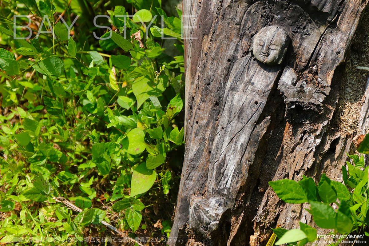 切り株に掘られた仏像