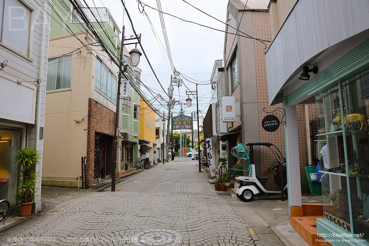 ホテルいずみ前の鎌倉御成り通り