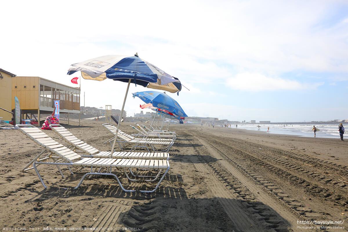 白砂2の前の海岸から、片瀬江ノ島西浜海水浴場側を見た景色